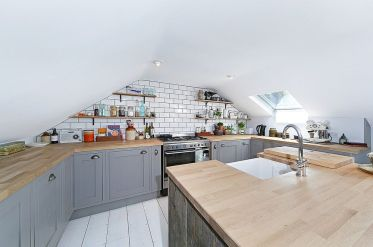 4-attic-kitchen-in-white-and-gray-with-scandinavian-style
