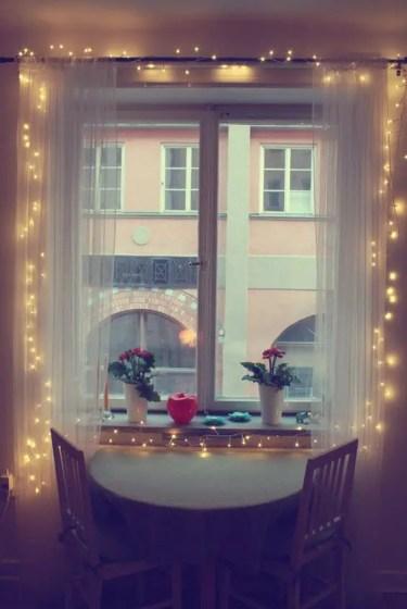 08-un-piccolo-angolo-colazione-diventa-invitante-con-tende-trasparenti-e-luci-stringa-dentro-loro