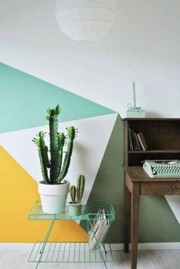 1-11-un-ufficio-da-casa-decorato-con-verde-smeraldo-giallo-e-bianco-e-un-aspetto-geometrico
