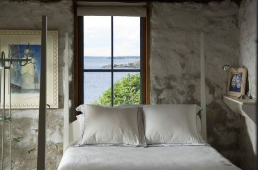 1-rocks-found-locally-replicate-the-aura-of-the-rugged-maine-coastline-inside-the-bedroom