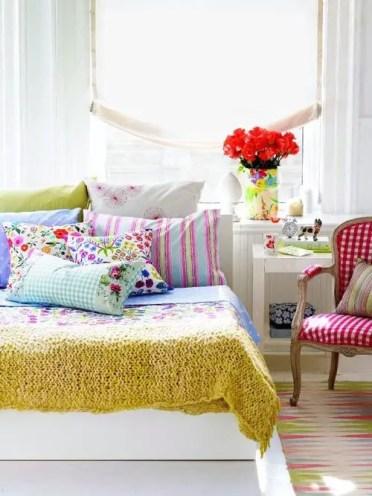 2-colorful-happy-looking-bedroom