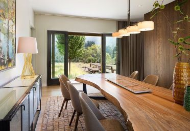 Custom-live-edge-gives-the-dining-room-a-unique-spatial-dimension