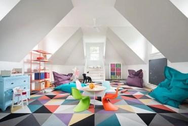 Il tappeto geometrico trasforma completamente l'atmosfera di questa stanza dei giochi