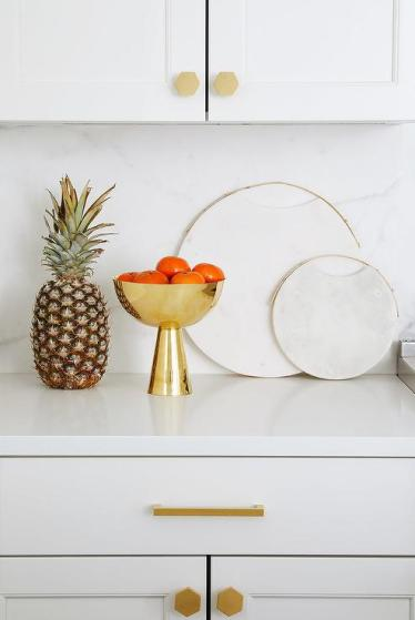 Round-marble-cutting-board-with-brass-trim