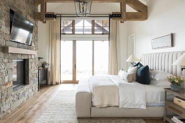 Rustic-bedroom-with-truss-ceiling