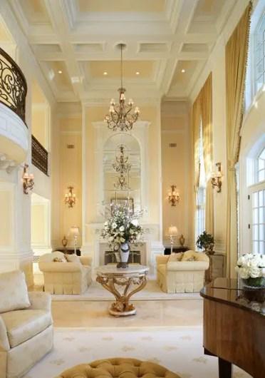 Soffitto a cassettoni giallo e bianco per soggiorno