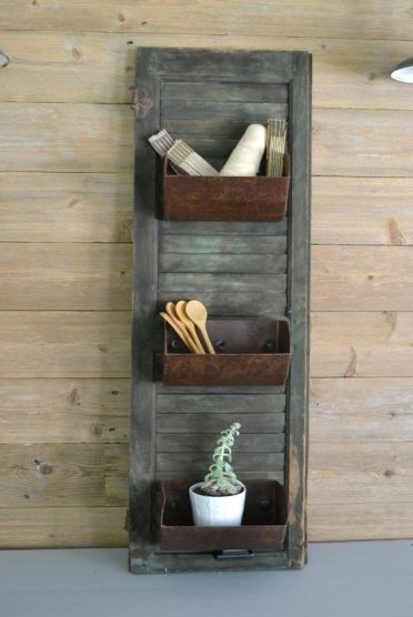 09-farmhouse-storage-shutter-with-old-loaf-pans-for-a-vintage-feel-in-your-kitchen-is-a-unique-diy-project