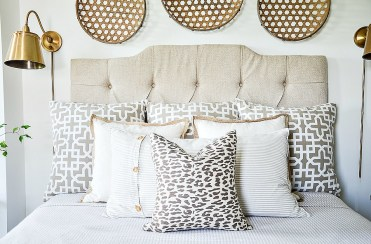 Arranging-bed-pillows-summer-look