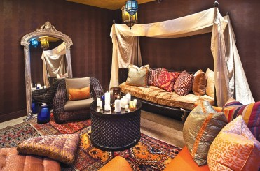 Cozy-ambiance-of-the-colorful-moroccan-living-room-in-chicago