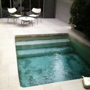 Square-tuffo-cortile-piscina