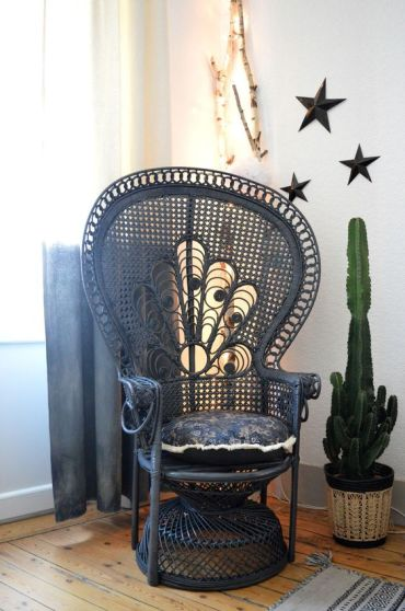5-24-dark-painted-peacock-chairs-look-very-unusual-as-they-are-traditionally-neutral-here-a-navy-peacock-chair-for-a-moody-feel