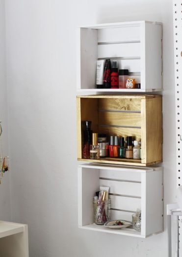 Bathroom-wall-rack-from-crates
