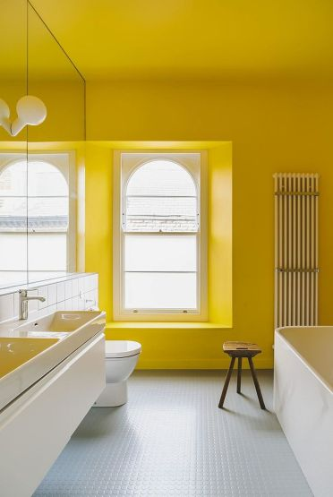 Exquisite-use-of-yellow-in-the-modern-white-bathroom