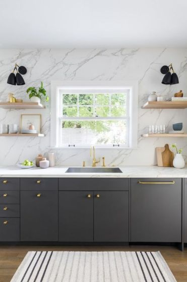 08-a-graphite-grey-kitchen-with-a-white-marble-wall-and-countertops-plus-touches-of-gold-for-more-chic