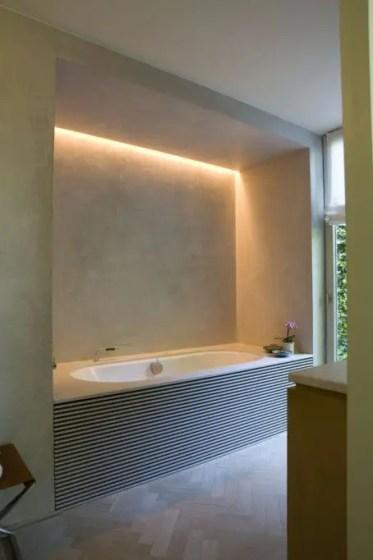 1-09-luci-nascoste-nella-nicchia-vasca-per-aggiungere-più-luce-durante-il-bagno