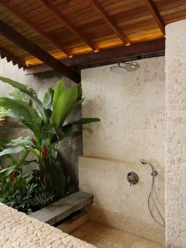 1-amazing-tropical-bathroom-decor-ideas-19