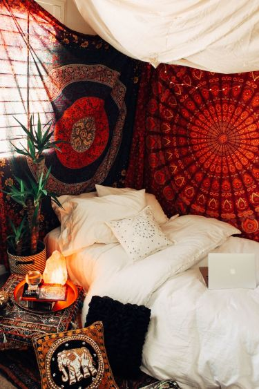 Bohemian-bedroom-with-red-accents