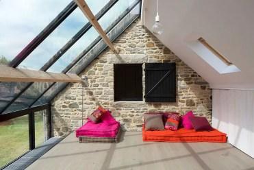 Splendida-solarium-con-posti a sedere-informali-lungo-con-pareti-in-pietra-e-vetro