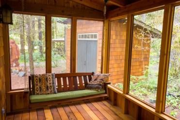 Veranda-legno-con-altalena-panca