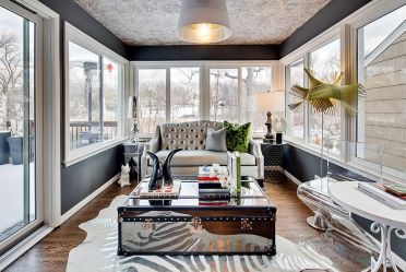 Dramatic-mirrored-coffee-table-is-truly-a-showstopper