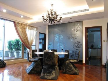 Glamorous-asian-style-dining-room-with-false-ceiling