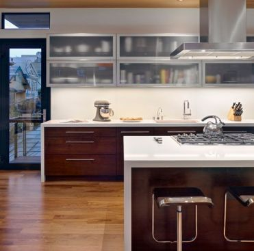 Wooden-lower-cabinets-and-frosted-glass-upper-cabinets-bring-in-a-perfect-contrast