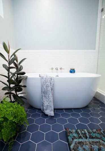 08-navy-hex-tiles-with-white-grout-give-a-seaside-look-to-the-bathroom