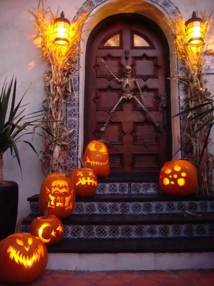 1-90-cool-outdoor-halloween-decorating-ideas-25