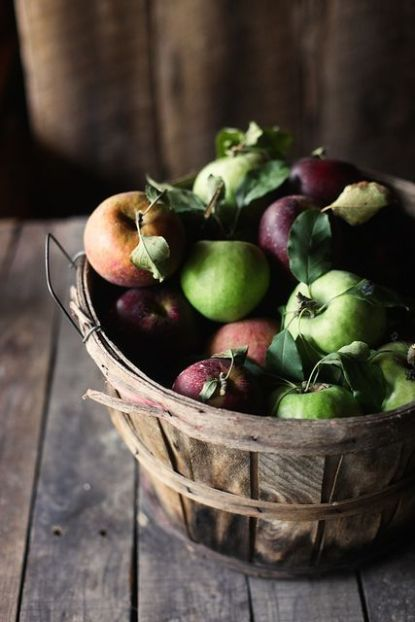 16-display-fresh-apples-in-a-bushel-basket-and-youll-get-decor-and-food-at-the-same-time
