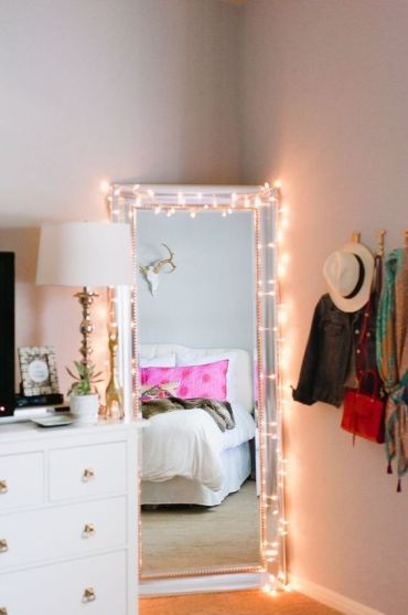 27-cover-the-mirror-with-lights-to-make-dressing-up-cooler