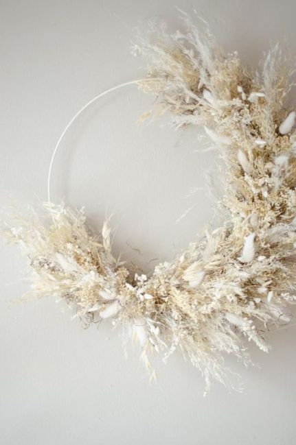 An-ethereal-and-natural-wreath-made-of-pampas-grass-and-dried-flowers-in-neutrals-is-very-beautiful