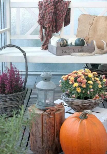 Balkon-herbstlich-dekorieren-baumstamm-korbwaren-herbstblumen
