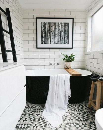 Schönes-schwarz-weiß-badezimmer-mit-weißen-subway-fliesen-schwarz-fugen-grafik-geometrische-gemusterter-boden-schwarz-freistehende-badewanne-und-moderne-fine-art-fotografie
