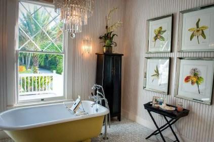 Farbe-der-Vintage-Badewanne-ergänzt-die-der-Drucke-in-der-gerahmten-Pflanzen-79230