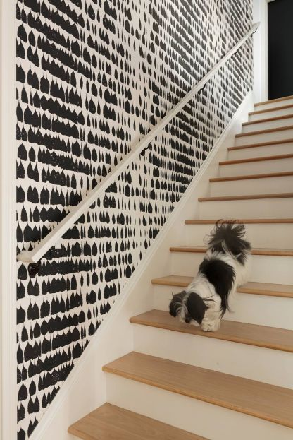 Modern-contemporay-staircase-with-black-and-white-wallpaper-wall