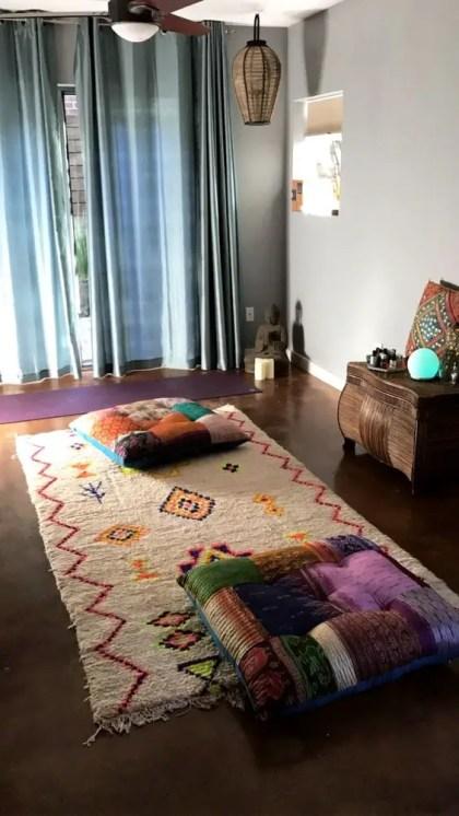 Ein-bunter-und-Boho-Meditationsraum-mit-Kissen-ein-bunter-Teppich-und-Korb-Lampen