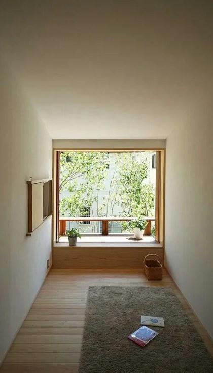 Ein-minimalistischer-Meditationsraum-mit-einem-Teppich-einige-Topfgrün-Körbe-und-ein-Fenster-mit-Grün