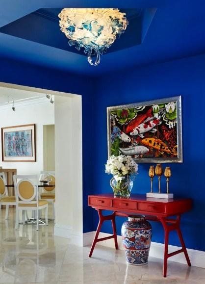 Kräftige-blaue-Farbe-funktioniert-gut-für-einen-gut-hellen-Flur