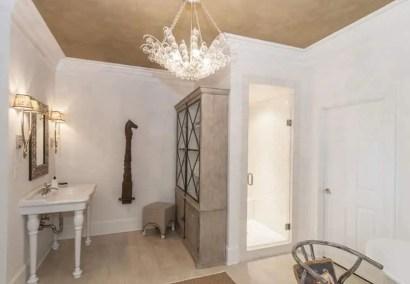 Decorative-chandelier-in-bathroom