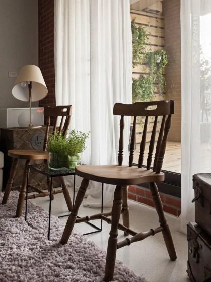 Antike-Stühle-vor-dem-Fenster