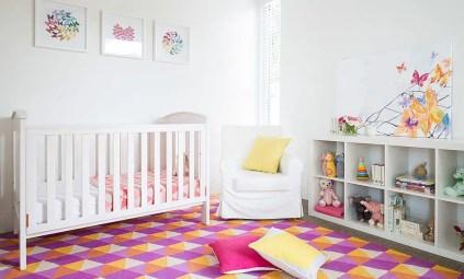 Trendiger-Teppich-verleiht-dem-Kinderzimmer-ein-smartes-zeitgenössisches-Gefühl
