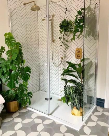 Ein-zeitgenössisches-Badezimmer-mit-Topfpflanzen-auf-dem-Boden-und-im-Duschraum-aufgehängt