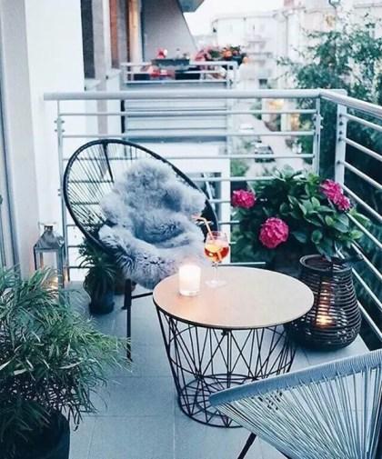 Small-balcony-decor-ideas-with-acapulco-chairs