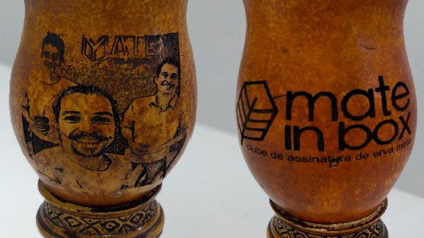 A imagem mostra as cuias personalizadas mate in box