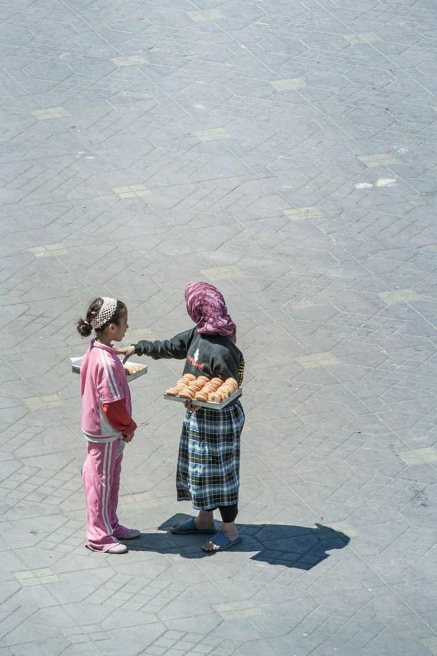Niñas trabajando en la plaza, Marrakech, Marruecos. © mateoht 1990-2014 - http://lafotodeldia.net