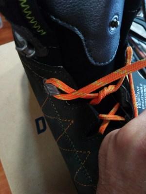 como atarse las botas y evitar rozaduras en los talones paso 2