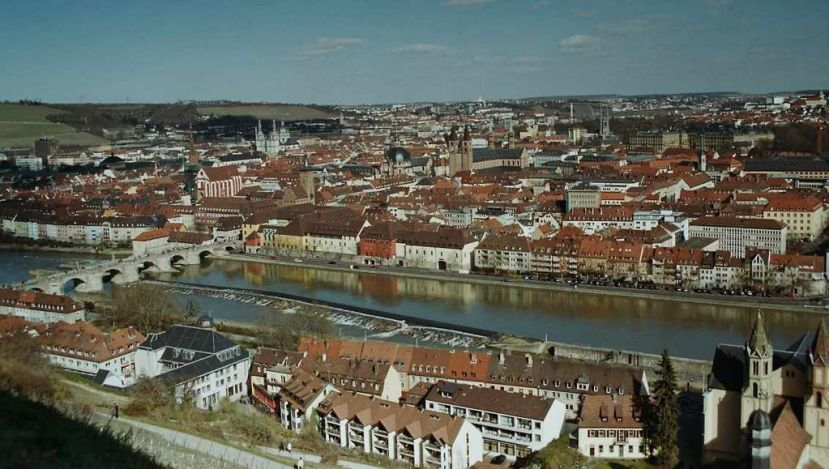 1024px-Würzburg-Blick-von-Festung