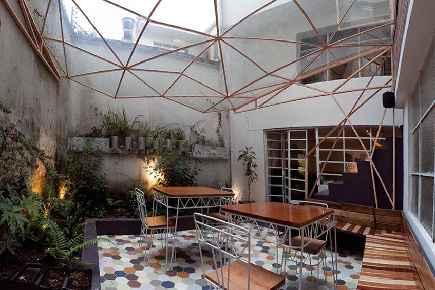 """alt=""""Cortile interno Taller de Te - progetto di Yemail arquitectura - Bogotà, Colombia"""""""