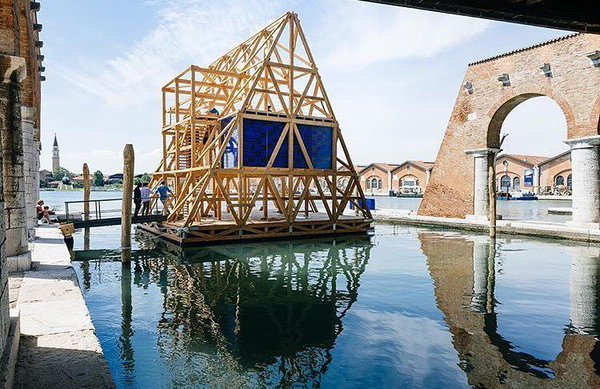 """alt=""""cosavedereallabiennaledivenezia-architettura-venezia-scuolagalleggiante-kunlèadeyemi-nle'work"""""""