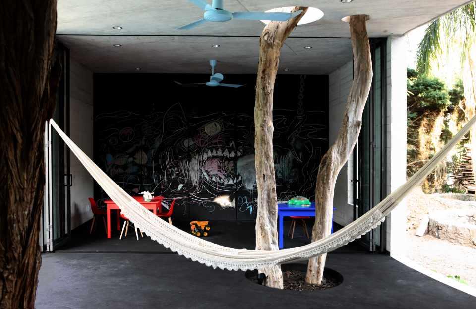 Kinder können in einem grossen Spielzimmer um die Bäume herumtoben. (Foto: Diego Berruecos)